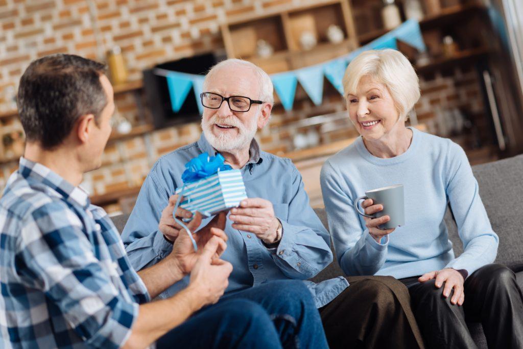 Что подарить на день рождения пожилым людям
