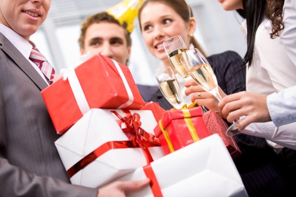 Что подарить на день рождения начальнику и коллегам