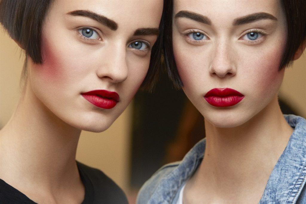 Красная помада модный макияж 2020 года