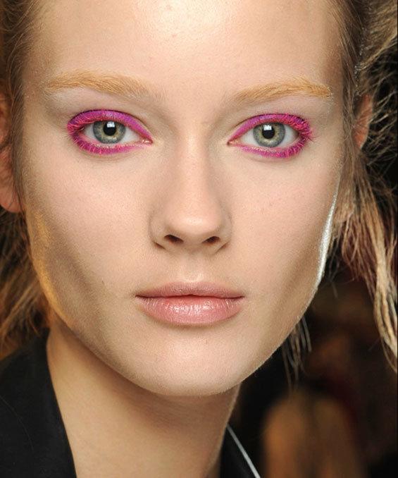 Модный макияж 2020 года цветные ресницы