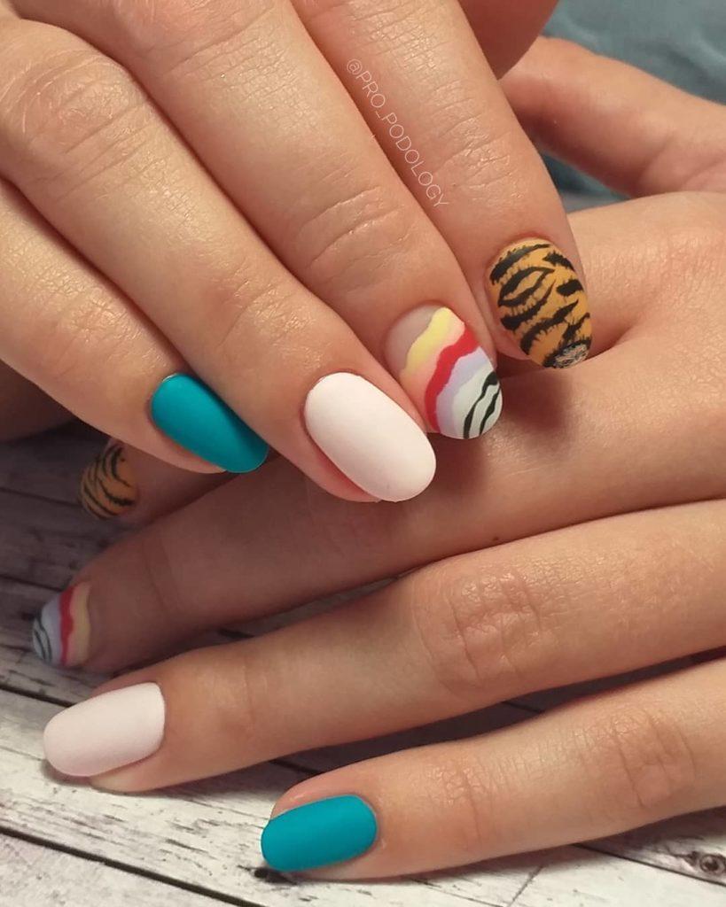 Ногти разного цвета